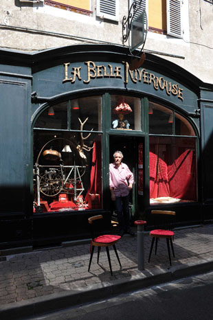 1/1<br />Le Dragon Rouge en vitrine a La Belle Nivernaise, photo by Stephane Jean-Baptiste (Nevers)